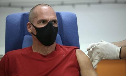 Κορονοϊός: Εμβολιάστηκε ο Γιάνης Βαρουφάκης - Το αστείο που είπε στον νοσηλευτή που του το έκανε