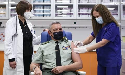 Εμβολιάστηκε ο αρχηγός ΓΕΕΘΑ, Στρατηγός Κωνσταντίνος Φλώρος