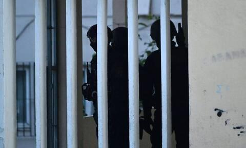 Θρίλερ στην Αγία Βαρβάρα: Πάνοπλοι αστυνομικοί αναζητούν τον ένοπλο που έγινε «καπνός»