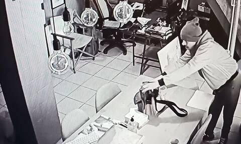 Άγιος Δημήτριος: Καρέ-καρέ η κλοπή σε κατάστημα με φωτογραφικά είδη