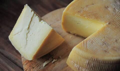 Τυλίγετε με μεμβράνη το τυρί και το βάζετε στο ψυγείο; Σταματήστε το αμέσως
