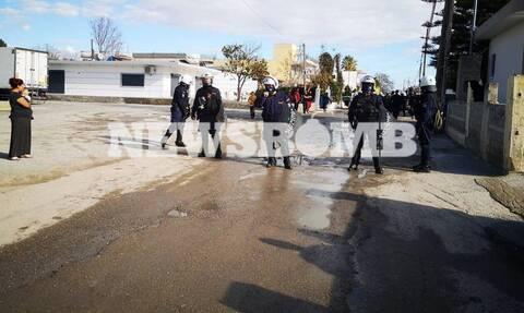 Μέγαρα: Οι πρώτες εικόνες από την επιχείρηση της αστυνομίας μετά τους πυροβολισμούς των Ρομά