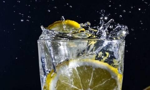 Λεμόνι στο ποτό: Κάνει καλό στην υγεία μας;