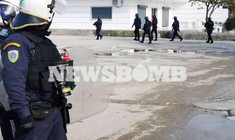 Μέγαρα ΤΩΡΑ: Ετοιμάζουν έφοδο τα ΕΚΑΜ μετά τους πυροβολισμούς μεταξύ Ρομά