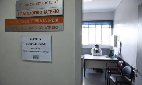 Θεσσαλονίκη: Ξεκίνησαν οι εμβολιασμοί - Αυτοί είναι οι πρώτοι που εμβολιάστηκαν στο ΑΧΕΠΑ