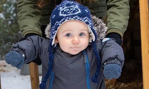 Πώς αντιδρά ένα μωρό μόλις βλέπει χιόνι για πρώτη φορά (vid)