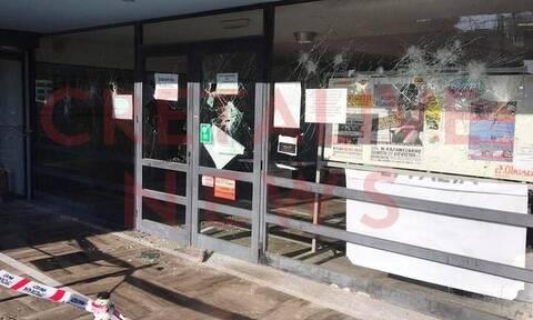 Ηράκλειο: Επίθεση με βαριοπούλες και μαύρες μπογιές στο κτήριο της Εφορίας