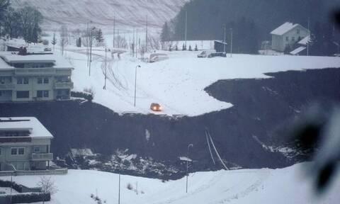 Χιονοστιβάδα καταπλάκωσε χωριό - Δεκάδες αγνοούμενοι
