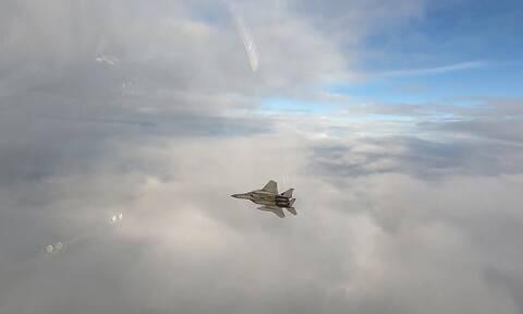 Εντυπωσιακό βίντεο με F15 να εκτοξεύει πύραυλο και να καταρρίπτει στον αέρα τον στόχο του