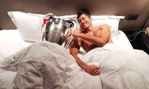 Λεβαντόφσκι: Ο κορυφαίος παίκτης του 2020 κοιμάται παρέα με τα τρόπαια! (photo)