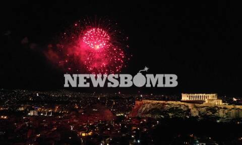 Με «βροχή» από πυροτεχνήματα η αλλαγή του χρόνου σε Αθήνα, Θεσσαλονίκη, Πειραιά