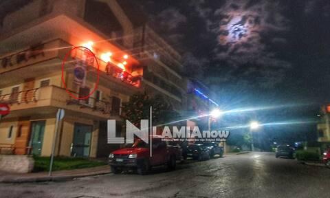 Απίστευτο σκηνικό στη Λαμία: Δείτε τι κρέμασε στο μπαλκόνι του την παραμονή της Πρωτοχρονιάς (pics)