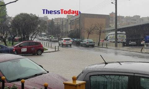 Θεσσαλονίκη: Σφοδρό το πέρασμα της κακοκαιρίας - Ποτάμια οι δρόμοι από την έντονη βροχόπτωση