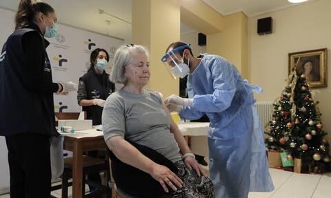 Κορονοϊός - Σχέδιο «Ελευθερία»: Οι πρώτες εικόνες από τους μαζικούς εμβολιασμούς στα γηροκομεία