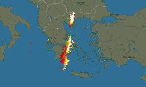 Καιρός - Live: Δείτε πού χτυπά αυτή την ώρα η λαίλαπα καταιγίδων...