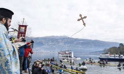 Θεοφάνεια: Γιατί ρίχνουμε τη σημερινή μέρα το Σταυρό στη θάλασσα