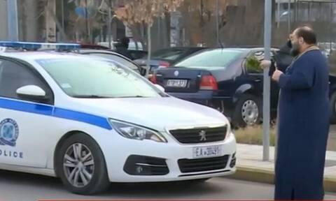Θεοφάνεια - Θεσσαλονίκη: Παπάς βγήκε από την εκκλησία και «ράντισε» περιπολικά της Αστυνομίας