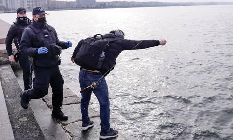 Θεοφάνεια - Θεσσαλονίκη: Ένταση έξω από τον Λευκό Πύργο - Άτομα έριξαν στη θάλασσα τον Σταυρό