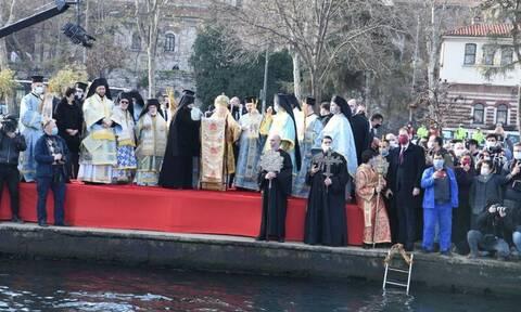 Κωνσταντινούπολη: Γιόρτασαν τα Θεοφάνεια στο Φανάρι – Βούτηξαν για τον σταυρό στον Κεράτιο