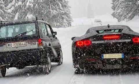 Fiat Panda εναντίον Ferrari SF90 Stradale: 48 άλογα απέναντι σε 1.000 σε χιονισμένο δρόμο