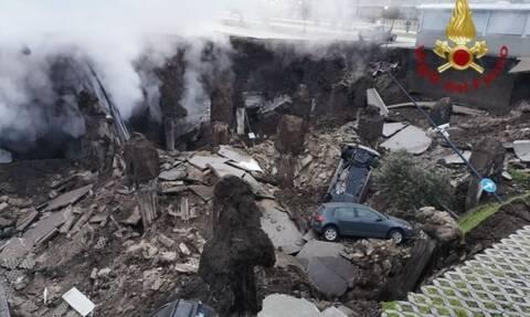 Απίστευτες εικόνες στη Νάπολη: Tρύπα με διάμετρο 2χλμ. «κατάπιε» αυτοκίνητα έξω από νοσοκομείο