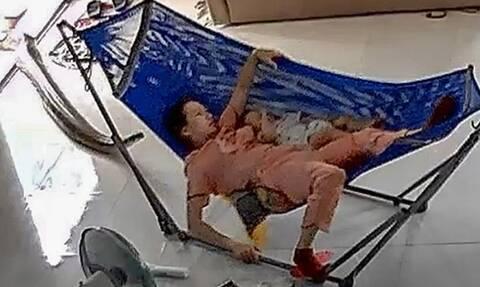 Βίντεο σοκ: Μάνα σώζει το μωρό της από τεράστιο πύθωνα!