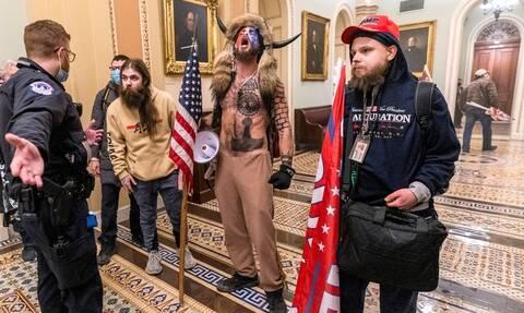 ΗΠΑ: Συνελήφθη ο «Βίκινγκ» με τα κέρατα για την εισβολή στο Καπιτώλιο
