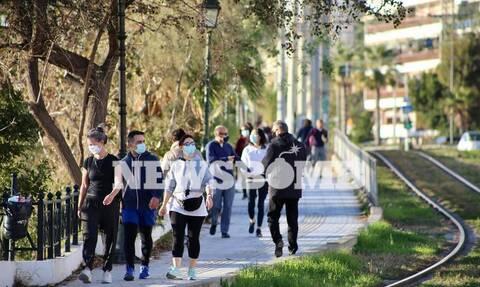 Ποιο lockdown; Βόλτες στη λιακάδα οι Αθηναίοι - Χαμός σε παραλιακή, Πάρνηθα και πάρκα της Αθήνας