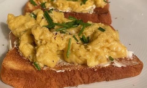 Συνταγή για Scrambled eggs σε Brioche με τρούφα (Γράφει η Majenco στο Queen.gr)