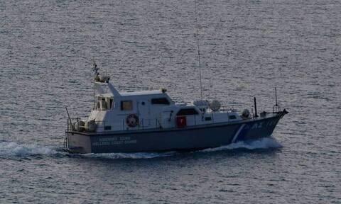 Κρήτη: Έδεσε στο λιμάνι της Σητείας το ιστιοφόρο με τους Τούρκους που ζητούν πολιτικό άσυλο