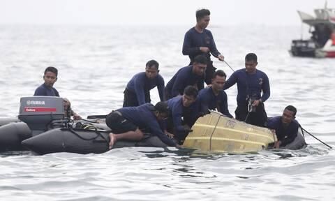 Ινδονησία: Τα πρώτα υποβρύχια πλάνα από τα συντρίμμια του Boeing 737-500 που συνετρίβη