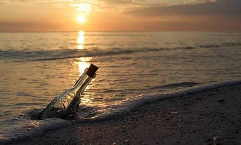 Σέρφερ βρήκε στη θάλασσα μπουκάλι – «Πάγωσε» με αυτό που είχε μέσα
