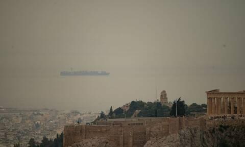 Καιρός ΤΩΡΑ: Προσοχή! Αποπνικτική ατμόσφαιρα στην Αθήνα – Αφρικανική σκόνη λίγο πριν τις καταιγίδες