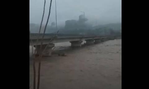 Κακοκαιρία - Τρίκαλα: «Φούσκωσε» ο Πηνειός - Πλημμύρες και προβλήματα από την έντονη βροχόπτωση