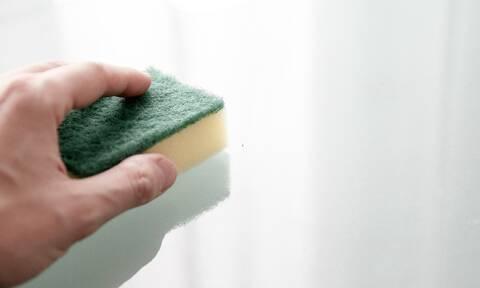 Δώσε προσοχή! Έτσι πρέπει να καθαρίζεις τα σφουγγάρια (video)