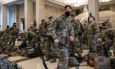 ΗΠΑ: Στρατιώτες στρατοπέδευσαν στο Καπιτώλιο - Live η συζήτηση για την αποπομπή του Ντόναλντ Τραμπ