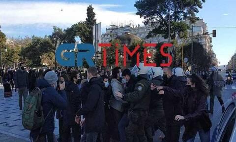 Θεσσαλονίκη: Ένταση με φοιτητές και ΜΑΤ στην πλατεία Αριστοτέλους