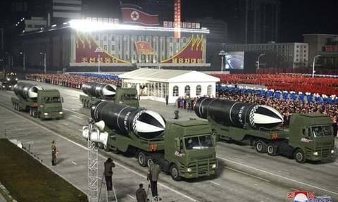 Σόου από τον Κιμ Γιονγκ Ουν με στρατιωτική παρέλαση: Παρουσίασε βαλλιστικό πύραυλο