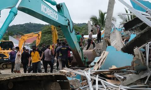 Σεισμός στην Ινδονησία: Κατέρρευσε νοσοκομείο παγιδεύοντας ασθενείς και προσωπικό - Δεκάδες νεκροί
