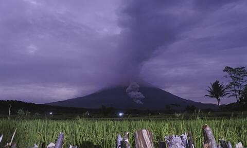 Ινδονησία: Έκρηξη του ηφαιστείου Σεμέρου - Η τέφρα εκτοξεύτηκε σε ύψος πέντε χιλιομέτρων