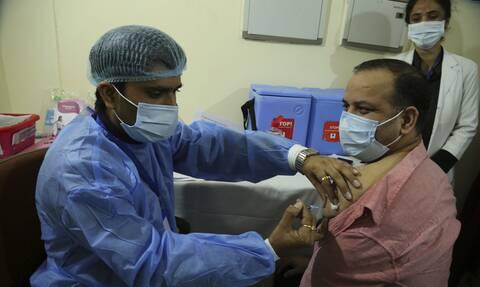 Ινδία - Kορονοϊός: Ένας υπάλληλος στην καθαριότητα ήταν ο πρώτος που εμβολιάστηκε εναντίον του Covid