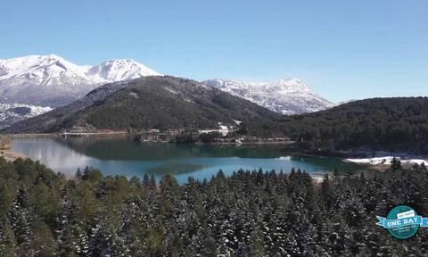 Χιονισμένα Τρίκαλα Κορινθίας και Λίμνη Δόξα - Το απόλυτο αλπικό τοπίο της Κορινθίας (video)