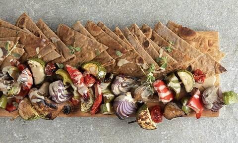 Πίτες ολικής με σουβλάκι λαχανικών από τον Άκη Πετρετζίκη