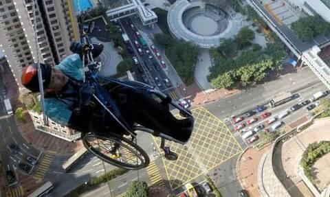 Ορειβάτης «σκαρφάλωσε» σε ουρανοξύστη με το αναπηρικό του καροτσάκι στο Χονγκ Κονγκ