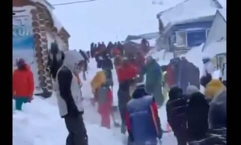 Συναγερμός στη Ρωσία: Χιονοστιβάδα «χτύπησε» θέρετρο σκι - Αγωνία για παγιδευμένους στο χιόνι