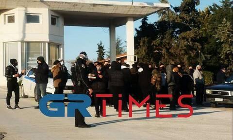 Ένταση σε κηδεία στη Θεσσαλονίκη: Δεκάδες Ρομά προσπαθούν να μπουν σε νεκροταφείο