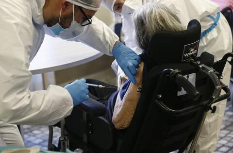 Κορονοϊός: Ιταλίδα 108 ετών εμβολιάστηκε κατά της Covid-19