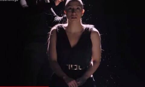 Η νεαρή τραγουδίστρια που ξύρισε on camera το κεφάλι της για καλό σκοπό (video)