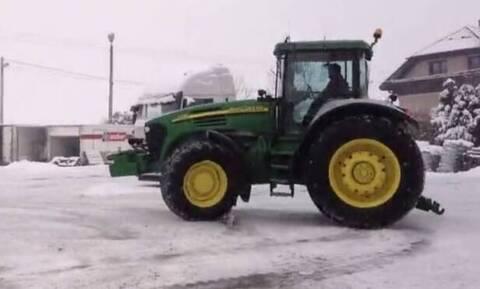 Βγήκε με το τρακτέρ στα χιόνια κι έκανε «παντιλίκια» (video)