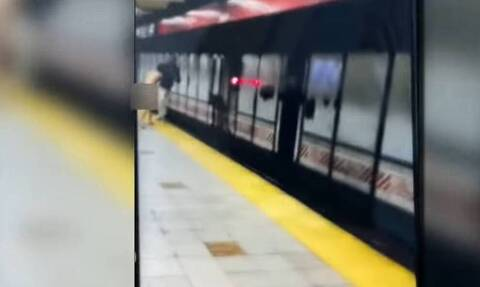 Σοκαριστικό βίντεο: Γυμνός άνδρας ρίχνει επιβάτη στις ράγες του μετρό και σκοτώνεται ο ίδιος